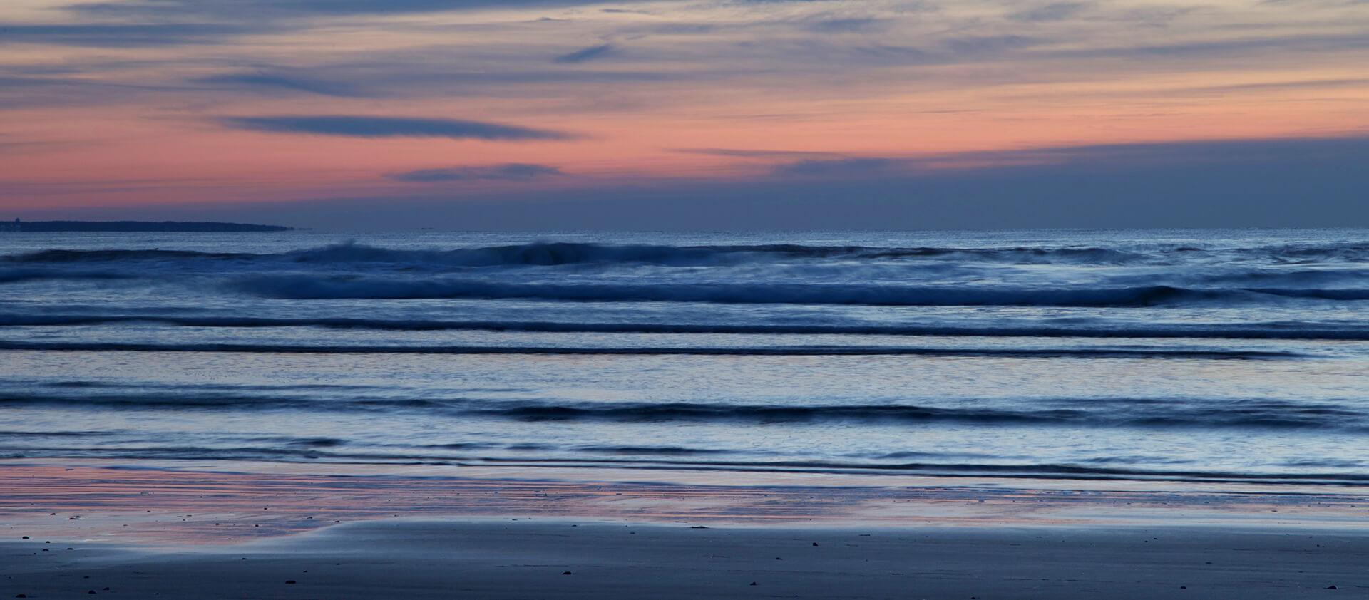 Plage au coucher de soleil avec vue sur l'horizon